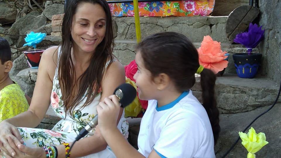 3 Emicleia insegna a bambina con microfono